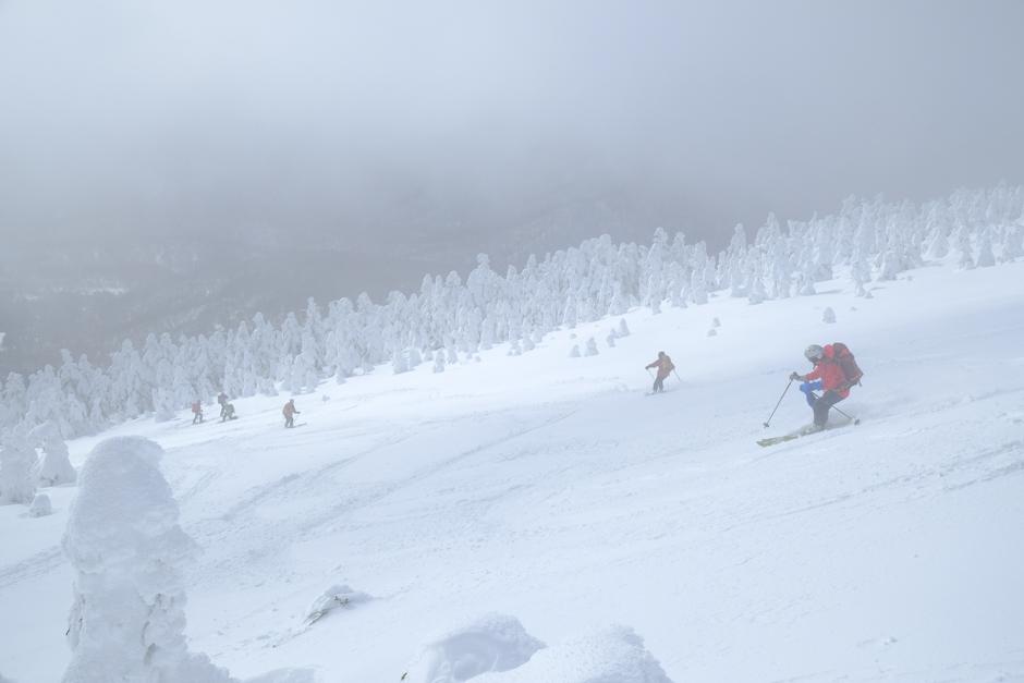 西大巓を滑るスキーヤー