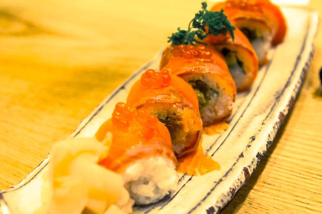 つるとんたん羽田空港店のサーモンロール寿司