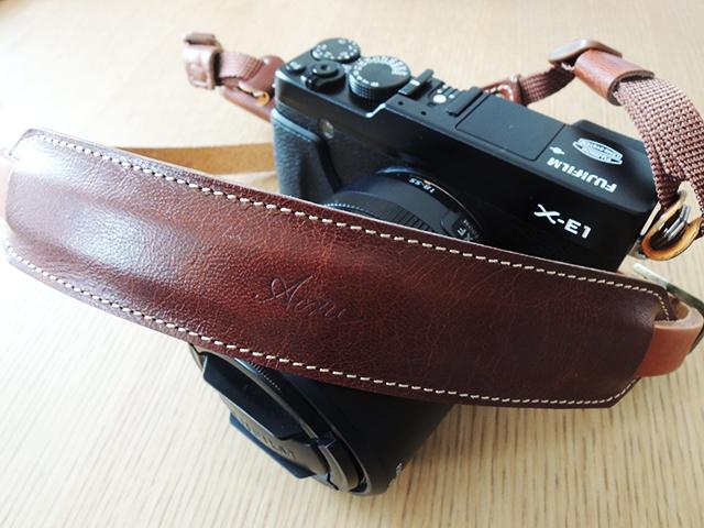 アクリュのオイルレザー/ラクダ革のカメラストラップのブラウン