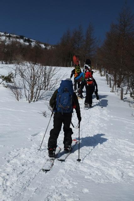 湯ノ丸山を登るスノーボーダー