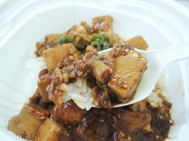 麻婆豆腐とご飯のアップ