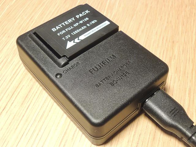 NP-W126互換バッテリーを充電器にセット