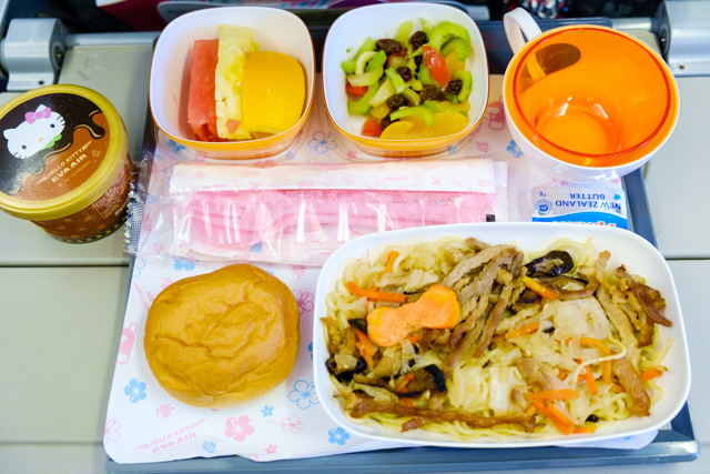 ハローキティジェットBR190の機内食