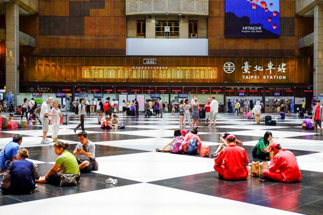 台北駅で座る人々