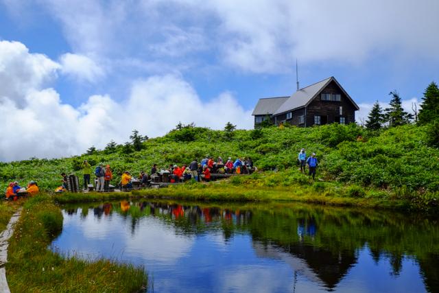 駒の小屋と池塘