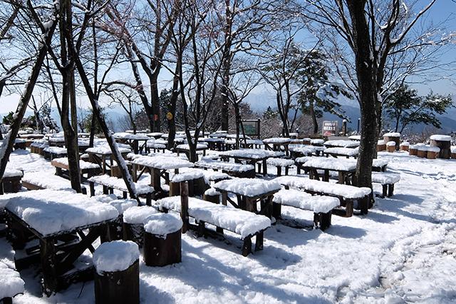 雪の積もった小仏茶屋のテーブル