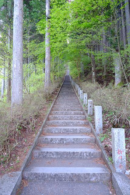 石割神社への階段