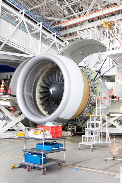 整備中のエンジン