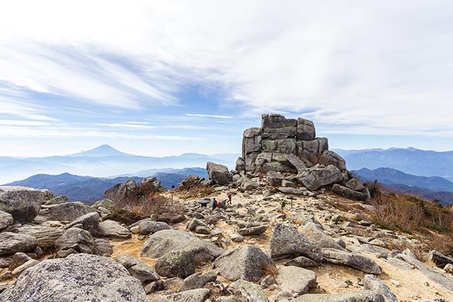 秋の金峰山山頂の五丈岩と富士山