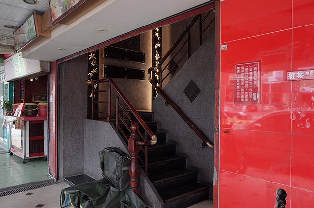 正忠排骨飯のイートインスペースへの階段