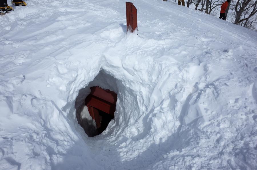 雪に埋まった熊穴沢避難小屋