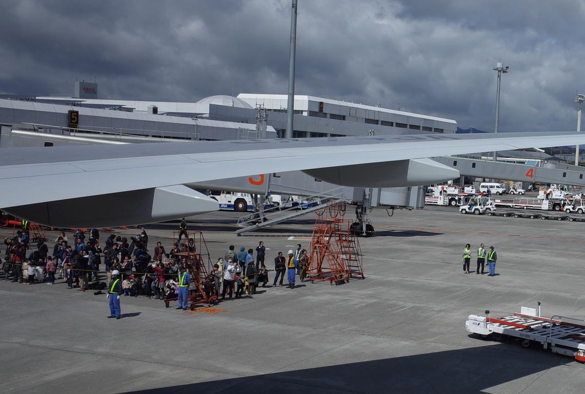 鹿児島空港でC-3PO ANA JETを迎えた人々