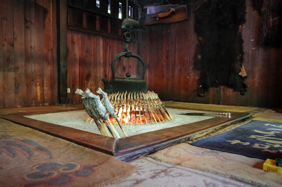 嘉門次小屋の囲炉裏で焼かれる岩魚