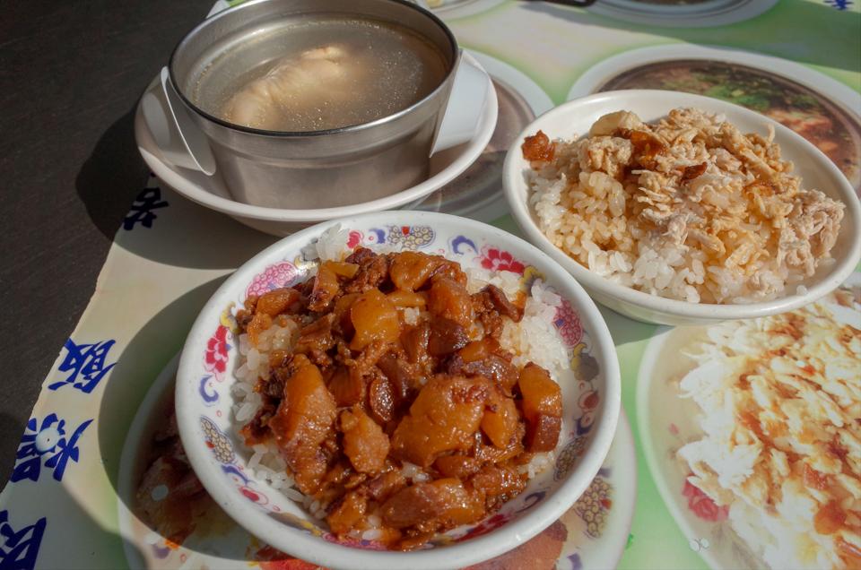 大圓環の雞肉飯と肉燥飯と蛤仔鶏湯