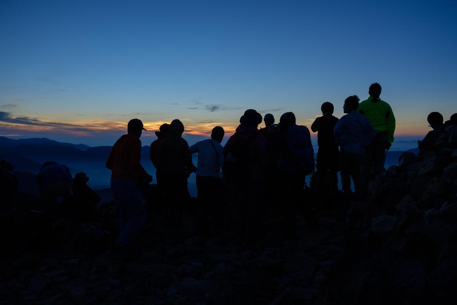 富士見岳で日の出を待つ人達